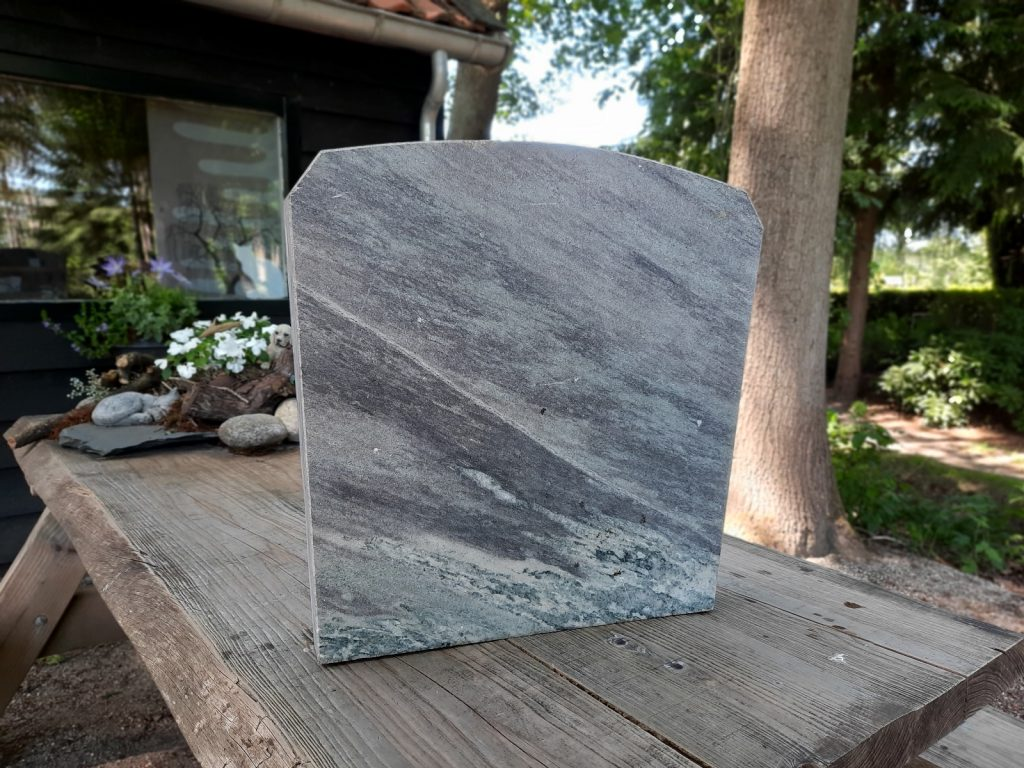 nr. 5 - Graniet licht grijs-groen strepen